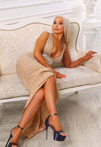 Bursa eskortlar girl Lida in the evening dress is on the sofa of pastel color