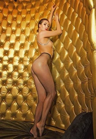 VIP escort kızlar Ariadna is standing in the golden background, wishing for you